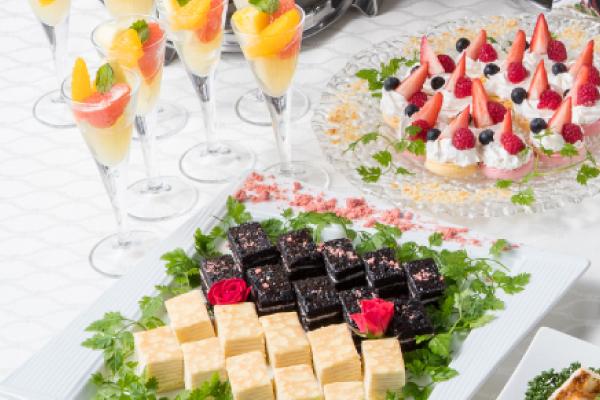 フルーツとデザートの盛り合わせ